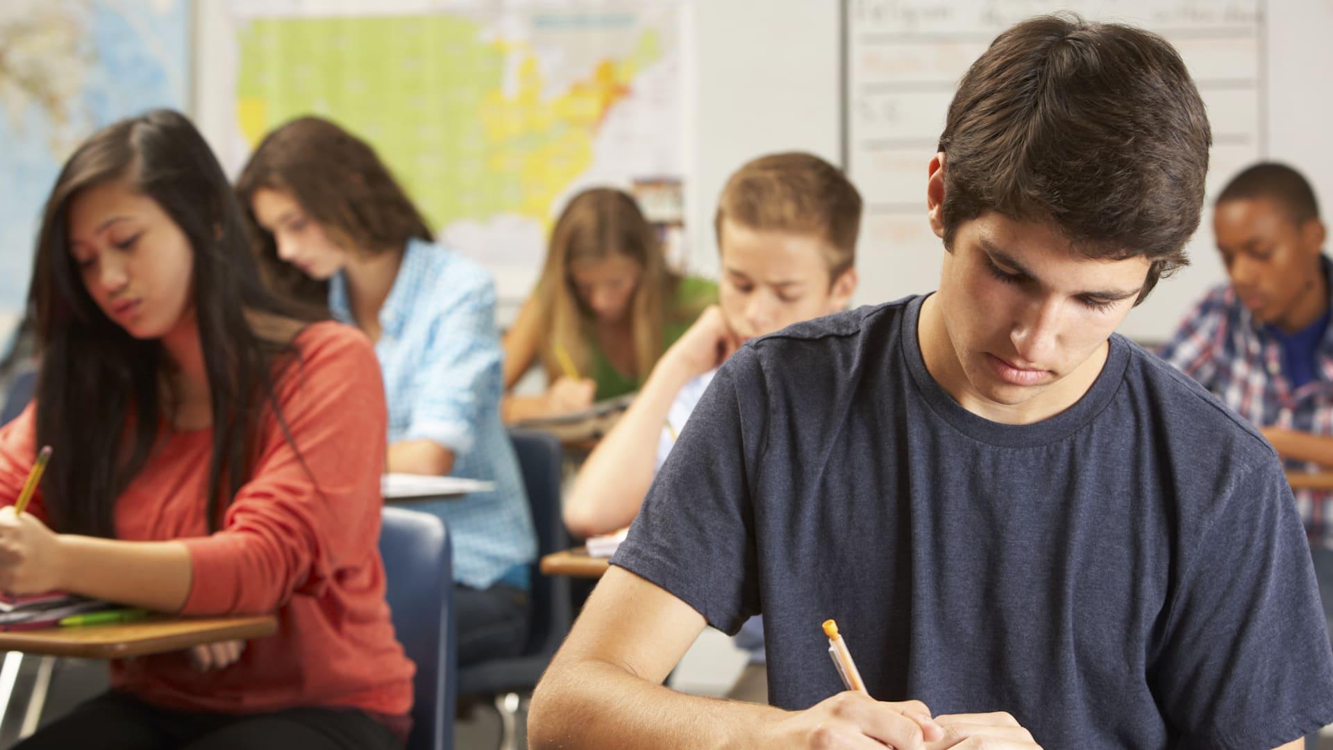 Общее образование является обязательным. Родители (законные представители) несовершеннолетних обязаны обеспечить получение детьми общего образования.