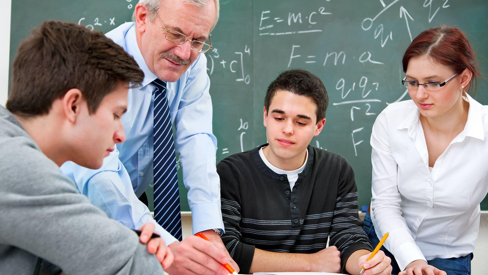 Профессиональное становление педагога - сложный, многоплановый процесс вхождения человека в профессию, характеризующийся неоднозначным вкладом личностного и деятельностного компонентов при ведущей роли личности педагога.
